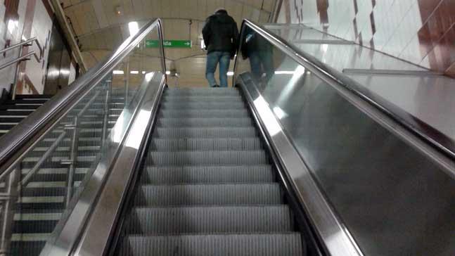 los 88 peldaños del éxito- un hombre sube la escalera