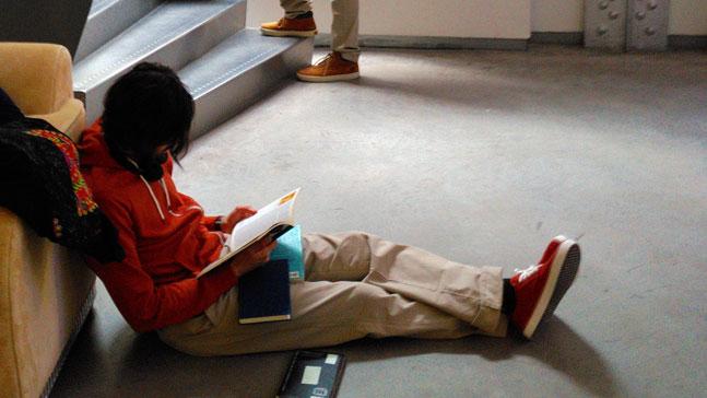leer es vivir-muchacho leyendo