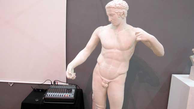 mitos- equipo de sonido y escultura griega