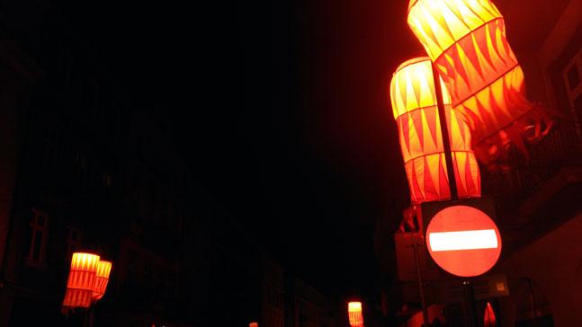 calle polaca iluminada, inspiracion la llama que enciende el alma