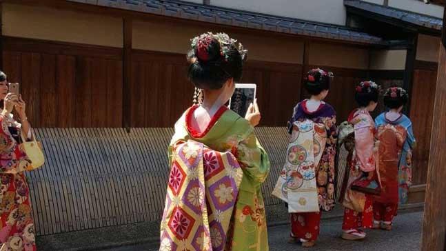 tecnología vida cotidiana y presencia, japonesa tradicional usa tecnologia