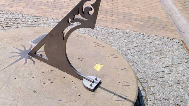 reloj de sol Gdansk, relación con el tiempo