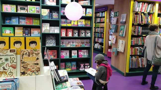 mujeres y libros, niña leyendo en la Casa del Libro