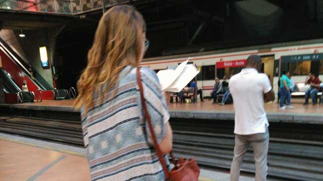mujeres y libros, chica leyendo en estación de tren