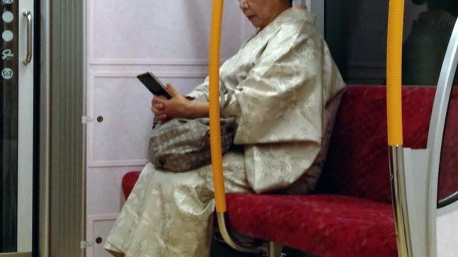 autoestima, seguridad, poder personal y pantallas, japonesa con un teléfono móvil