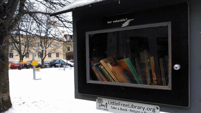 Quemar libros. Cabina intercambio de libros en Vilna